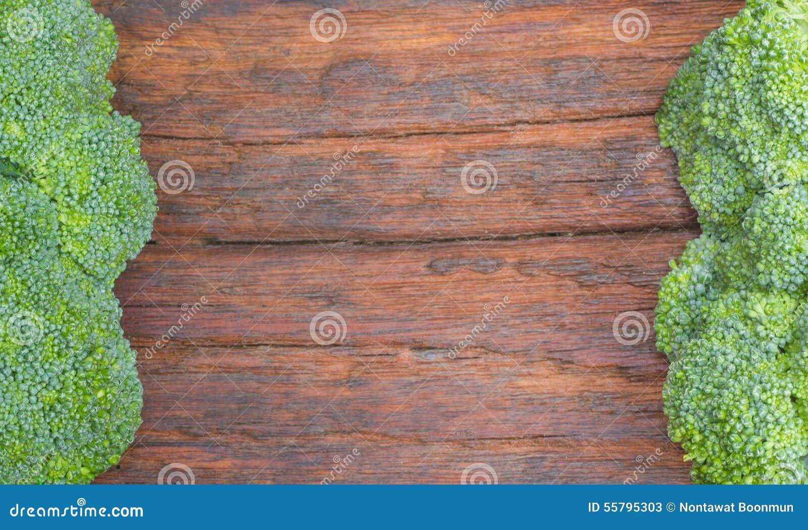 Bróculi fresco en el tablero de madera