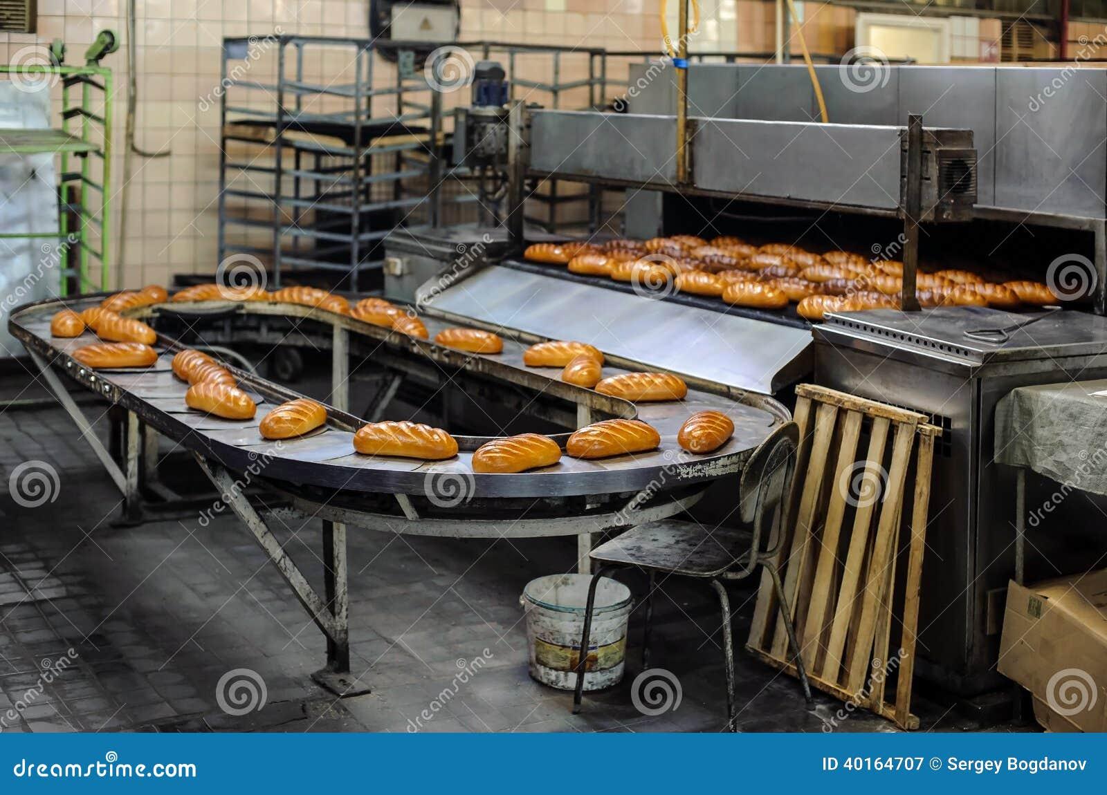 Bröd på produktionslinje på bagerit