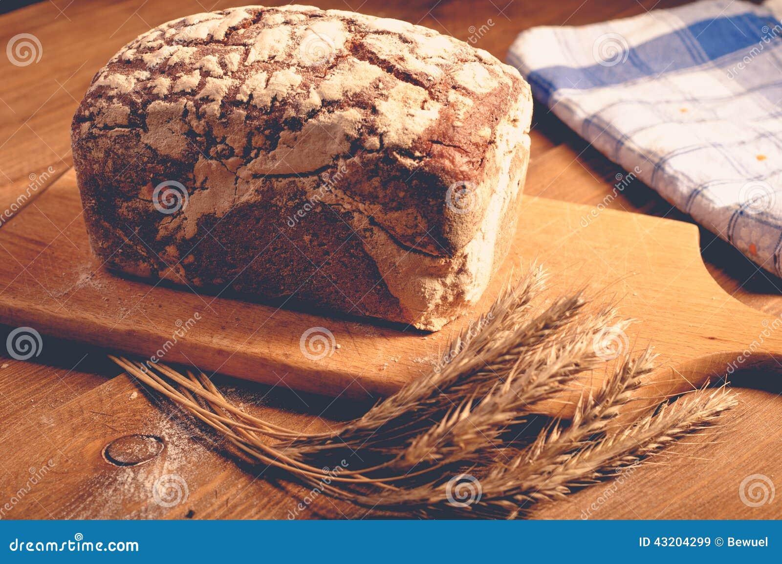 Download Bröd på träbräden fotografering för bildbyråer. Bild av tappning - 43204299