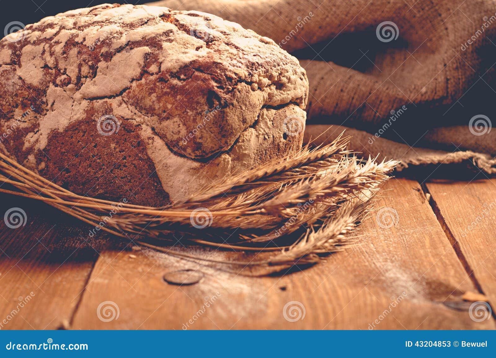 Download Bröd på träbräden fotografering för bildbyråer. Bild av mjöl - 43204853