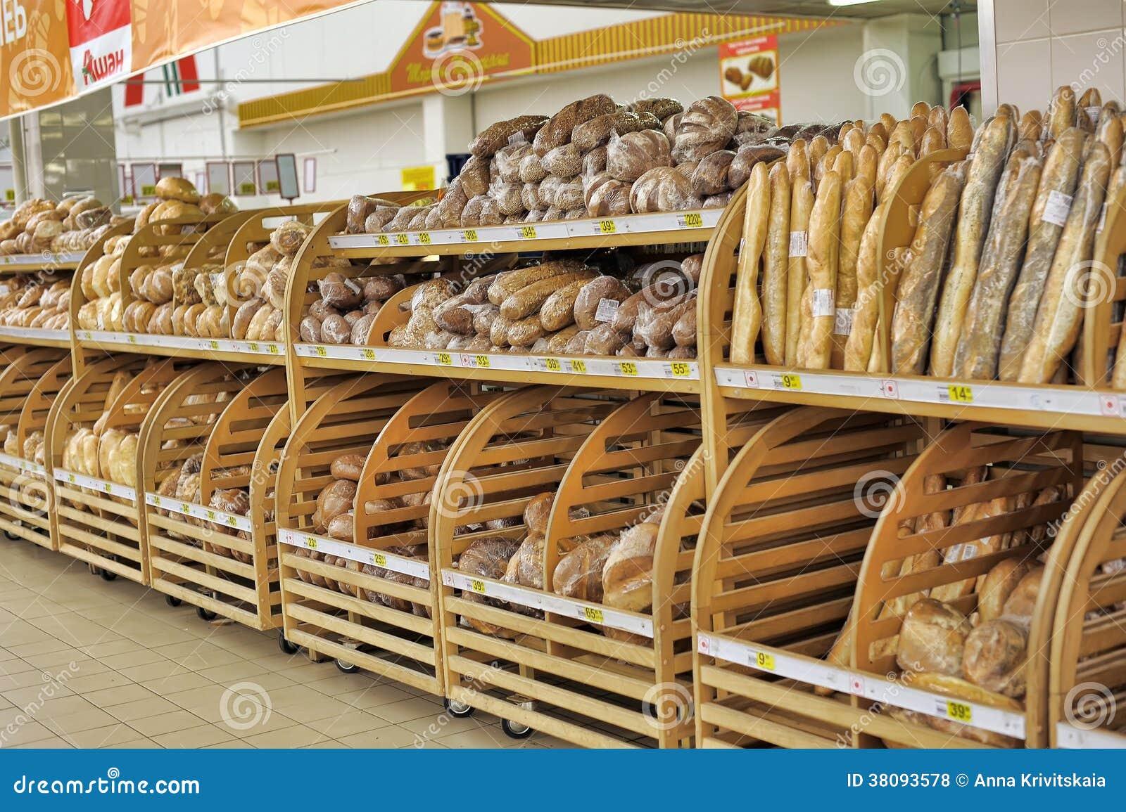 Bröd som är till salu på hyllor för ett lager.