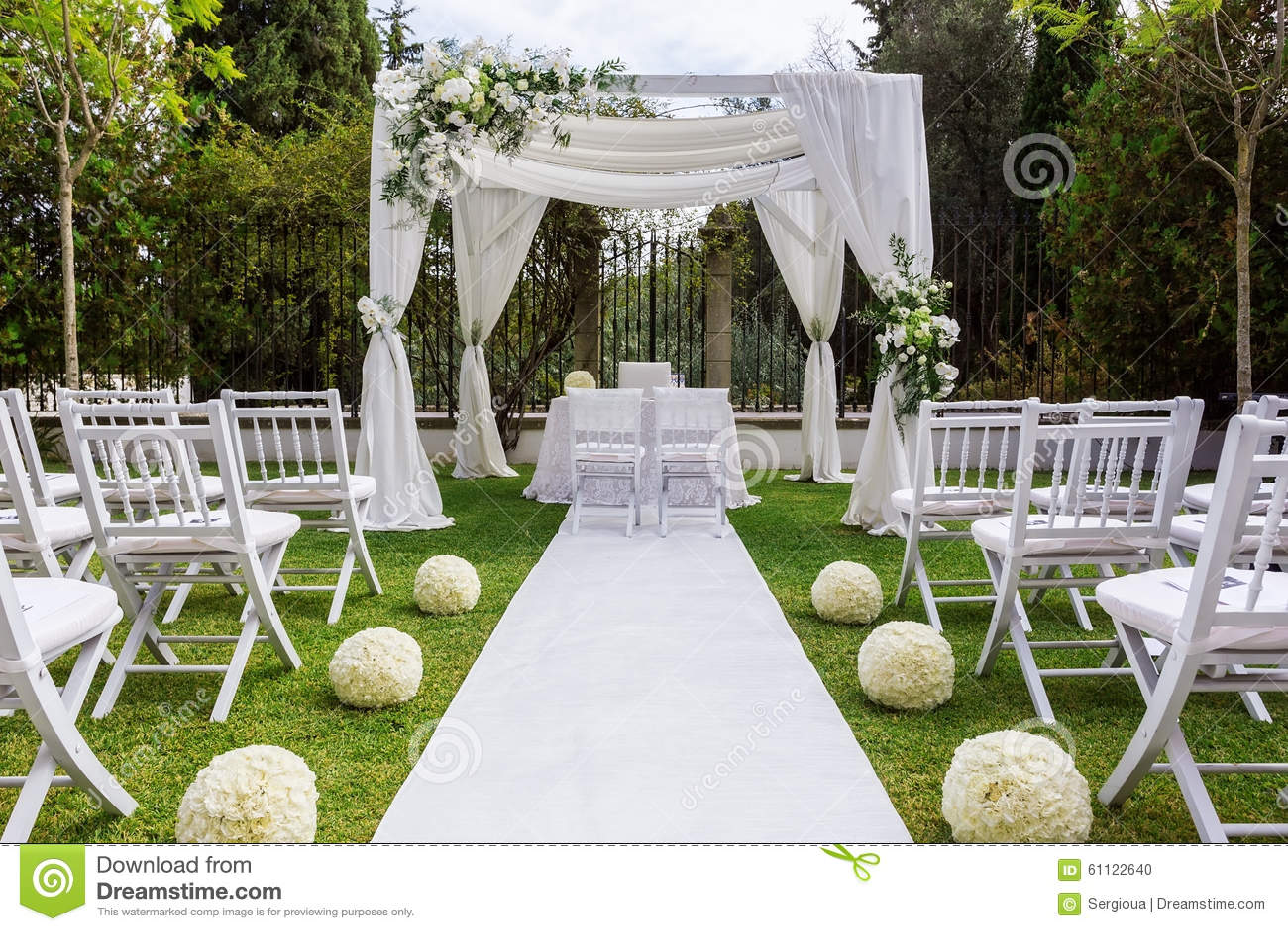Bröllopbana och garneringar för nygifta personer I natur i trädgård