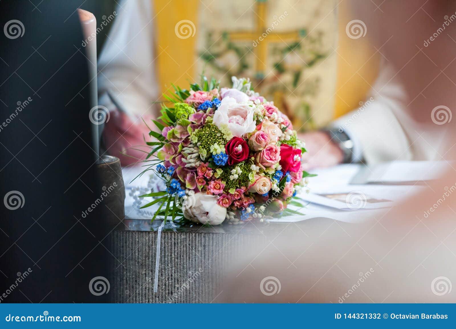 Bröllopbukett på tabellen mellan bruden och brudgummen