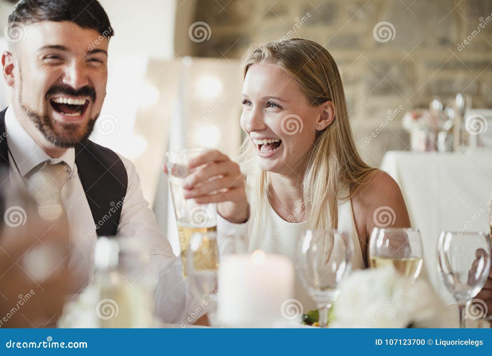 Bröllopgäster på matställepartiet