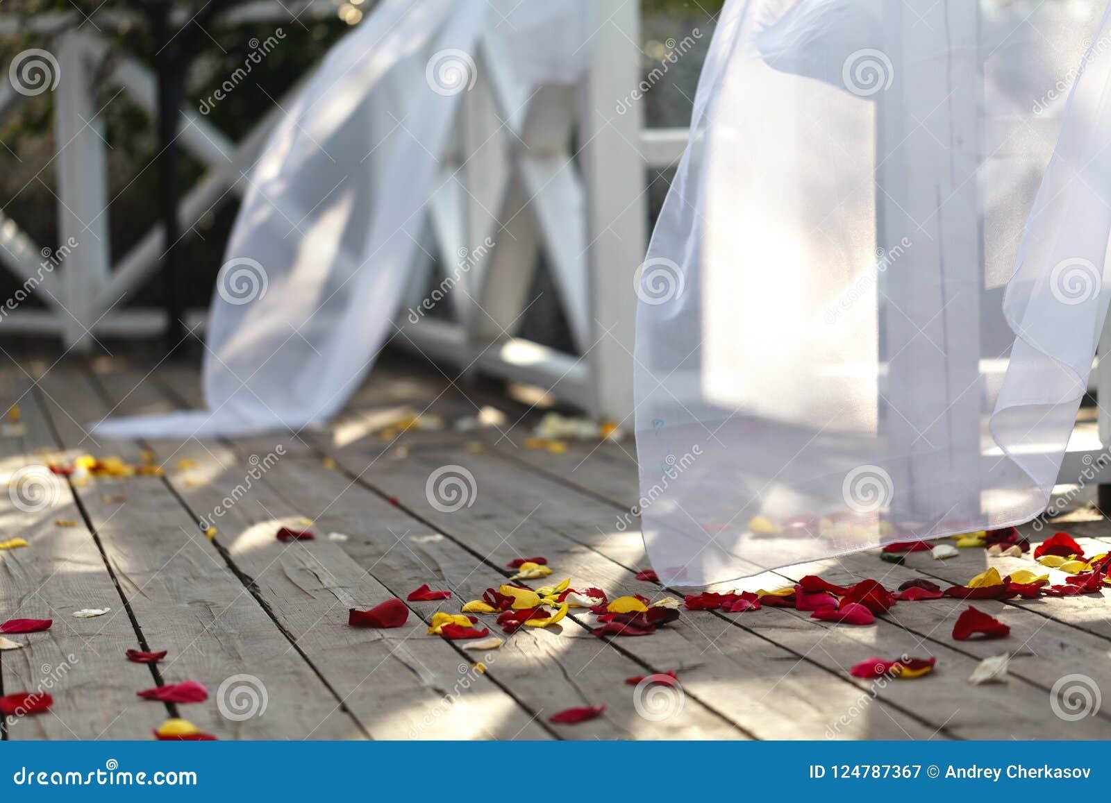 Bröllopgarnering och sköta om på sommargatan