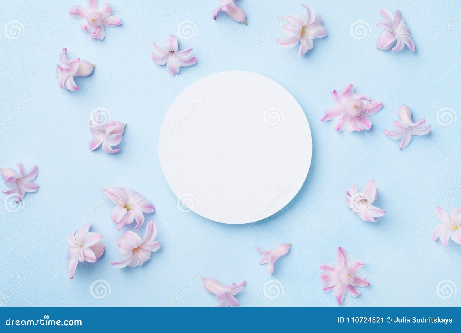 Bröllopmodellen med vitboklistan och rosa färger blommar på bästa sikt för blå bakgrund härlig blom- modell lekmanna- stil för lä