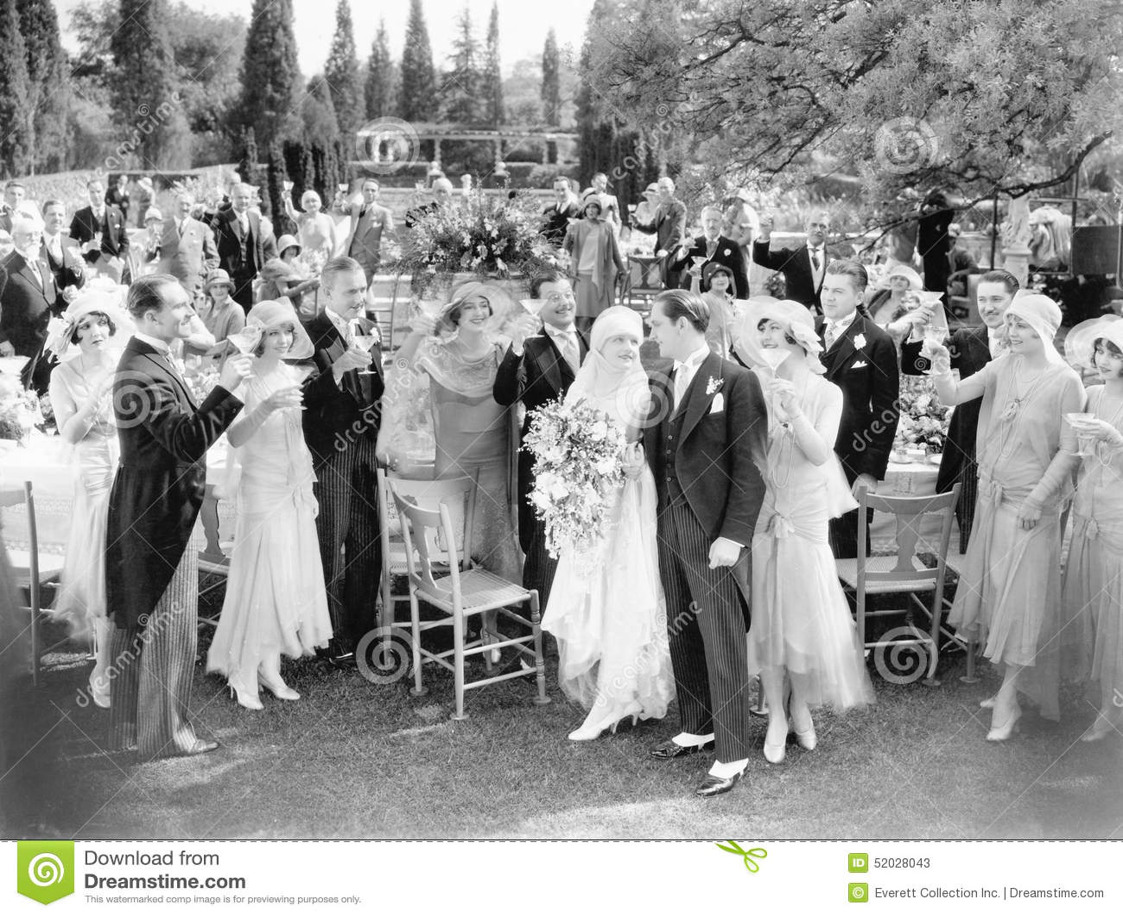 Bröllopparti som rostar till bruden och brudgummen (alla visade personer inte är längre uppehälle, och inget gods finns Leverantö