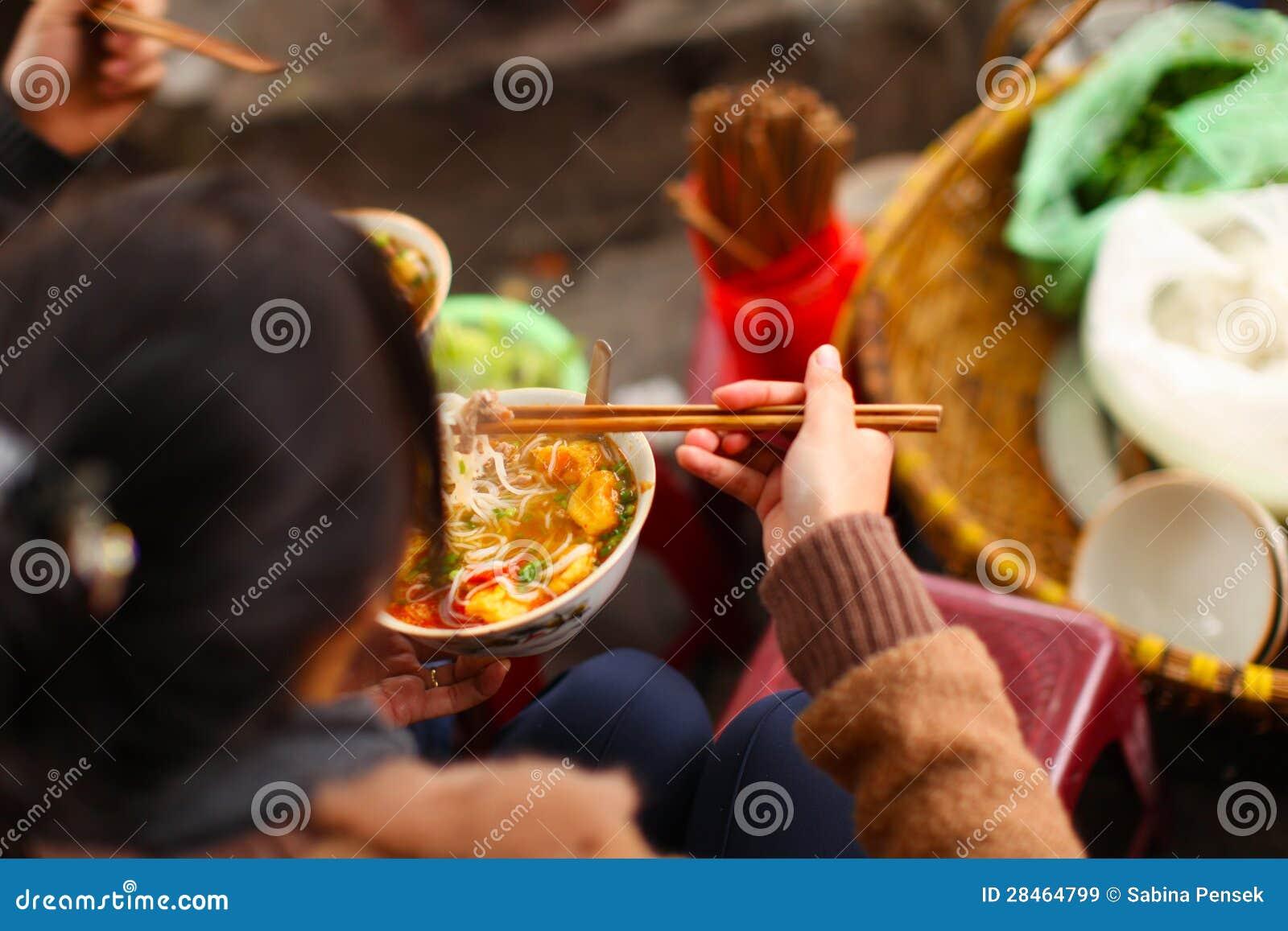 Brötchen cha oder pho Suppe, Straßennahrung in Vietnam