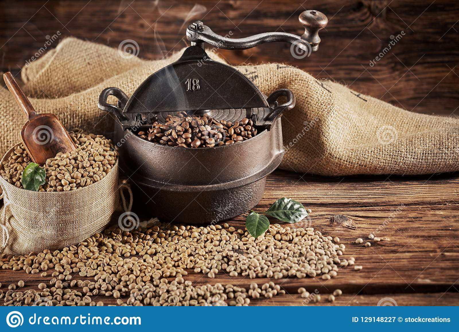 Brûleur de café de fonte de vintage avec les haricots crus