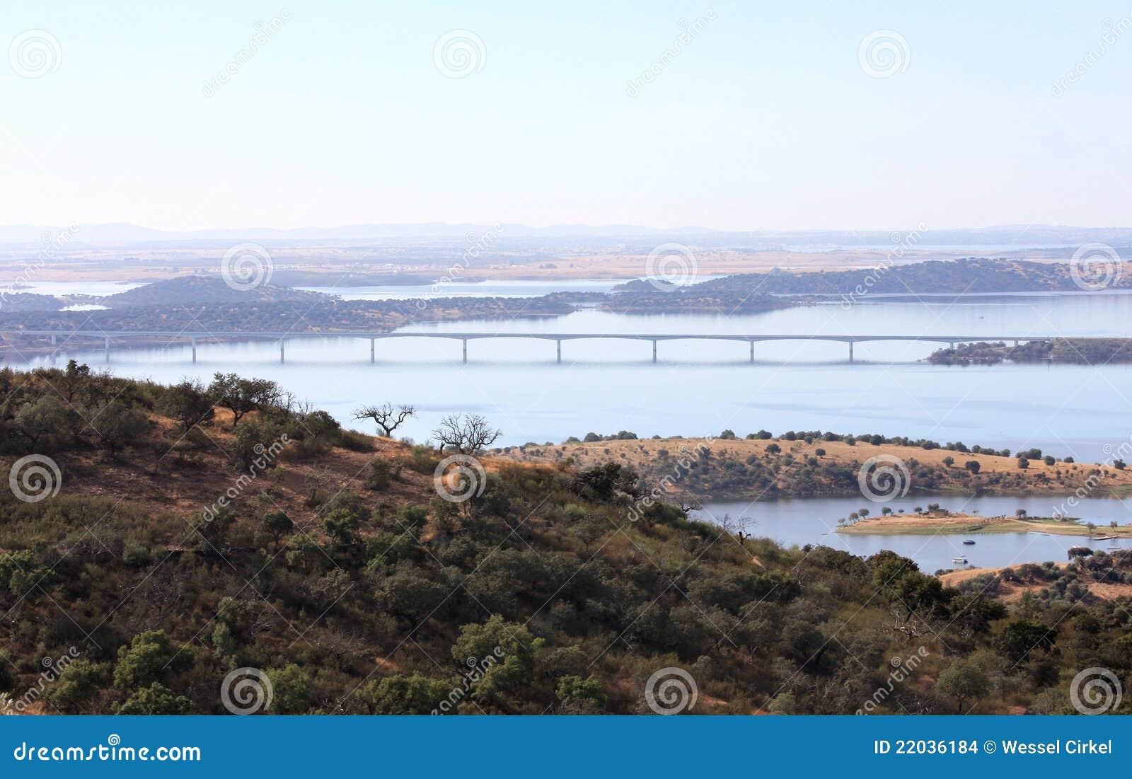 Fluss In Portugal brücke über dem guadiana fluss in portugal stockfoto bild