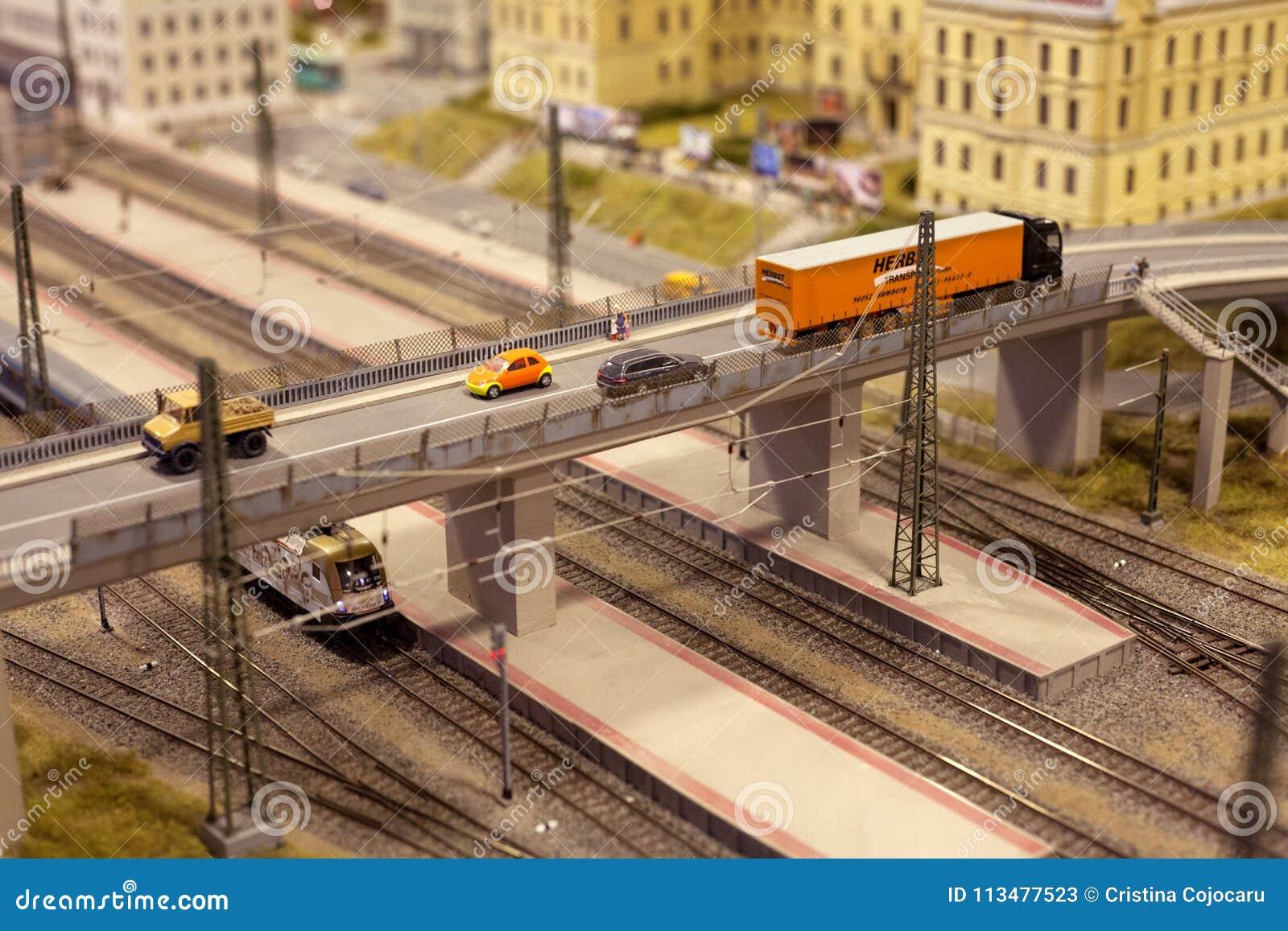 Brücke über der Zugschiene in der Stadt mit LKW und Auto in der Miniaturwelt