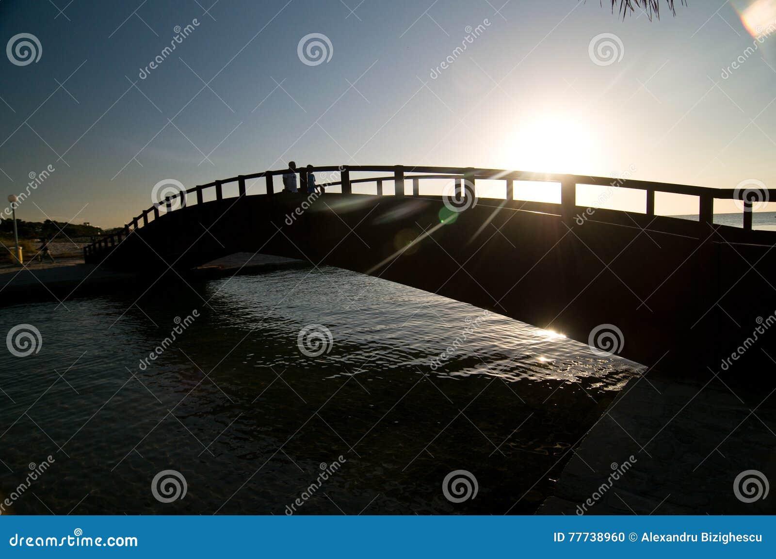 Brücke über einem kleinen Fluss