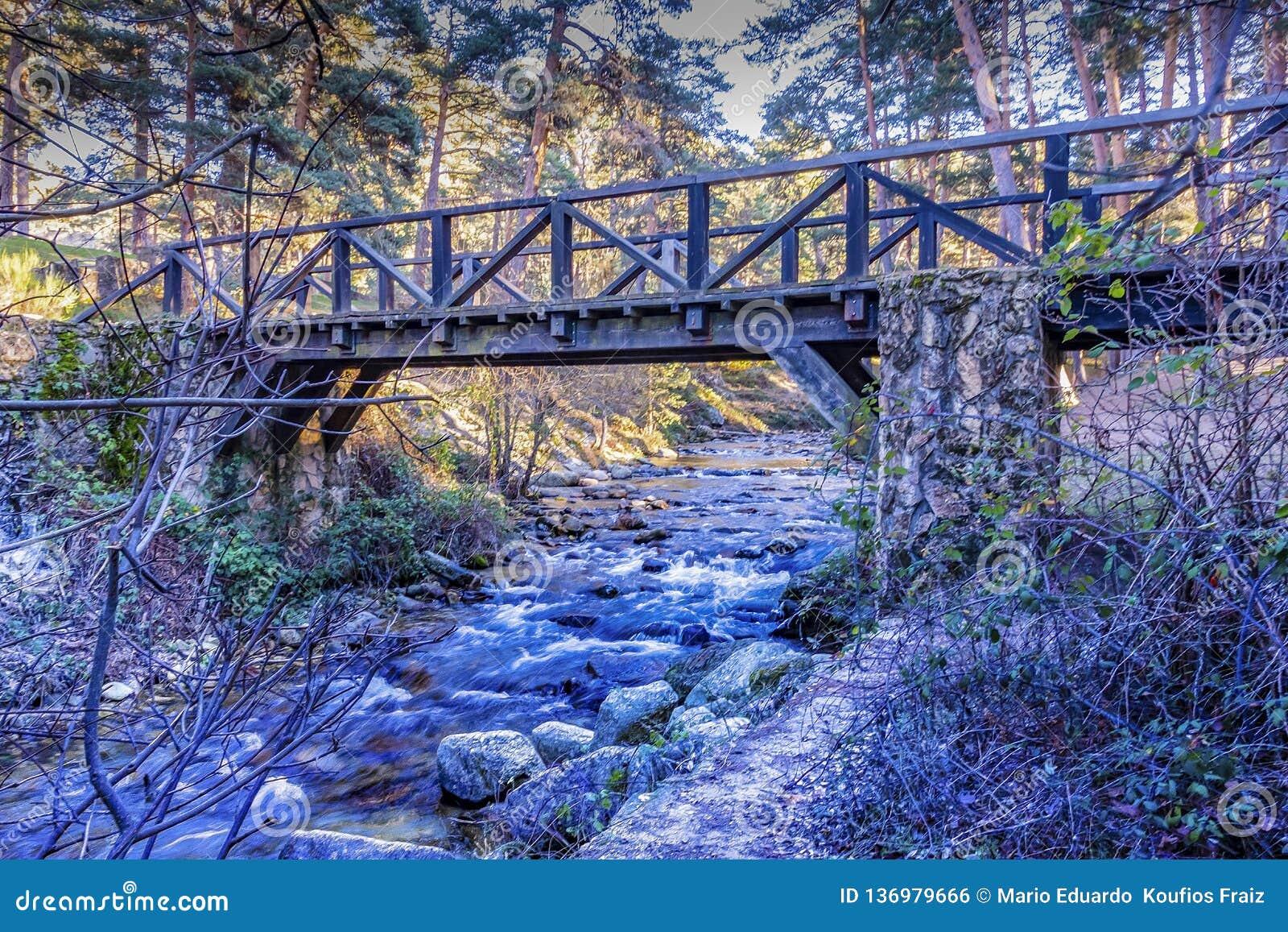 Brücke über Eresma-Fluss Segovia Spanien
