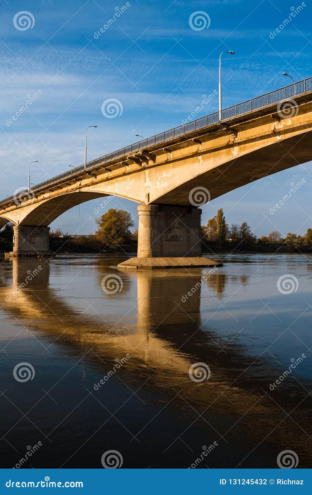 Brücke über Fluss Sonnenlicht und Reflexion im Wasser