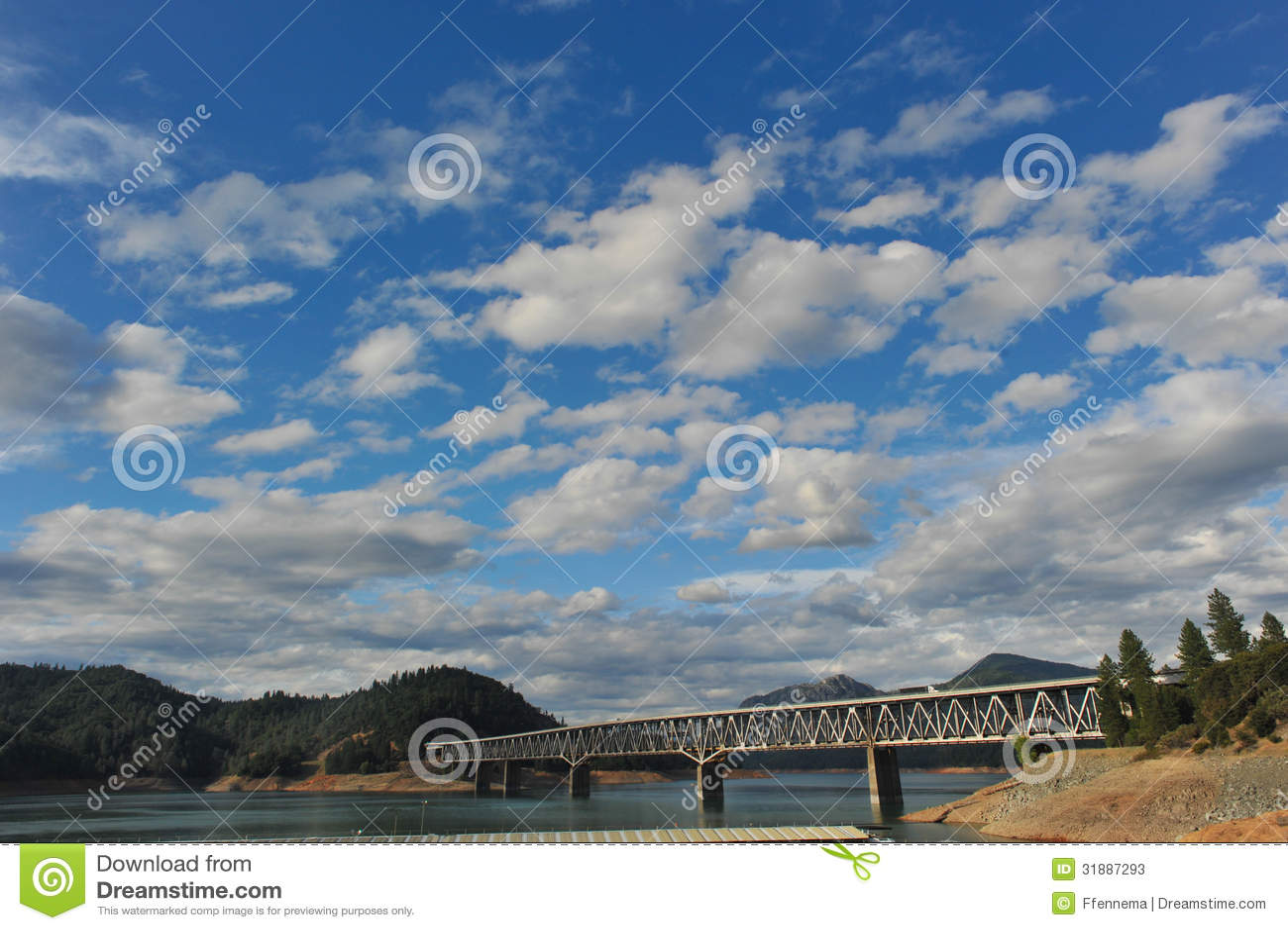 Brücke über See Shasta unter bewölktem Himmel