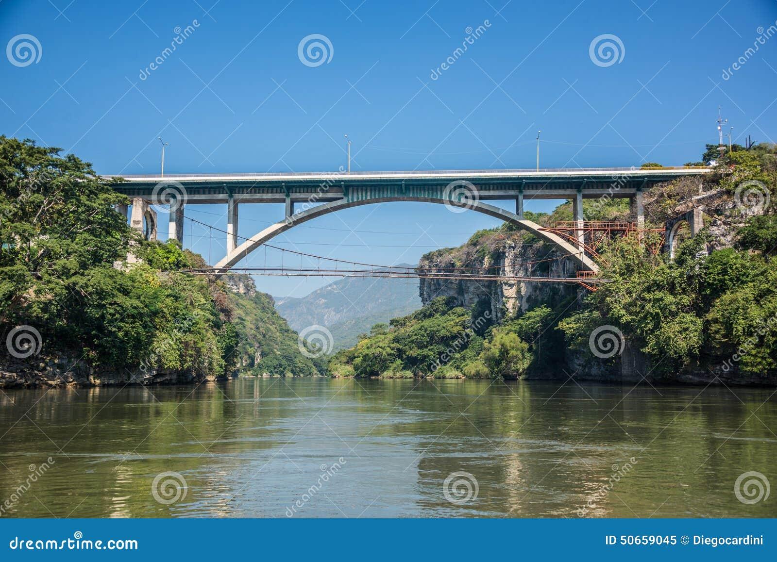 Brücke bei Cañon Del Sumidero Wilder Fluss bei Chiapas Ausflug und a