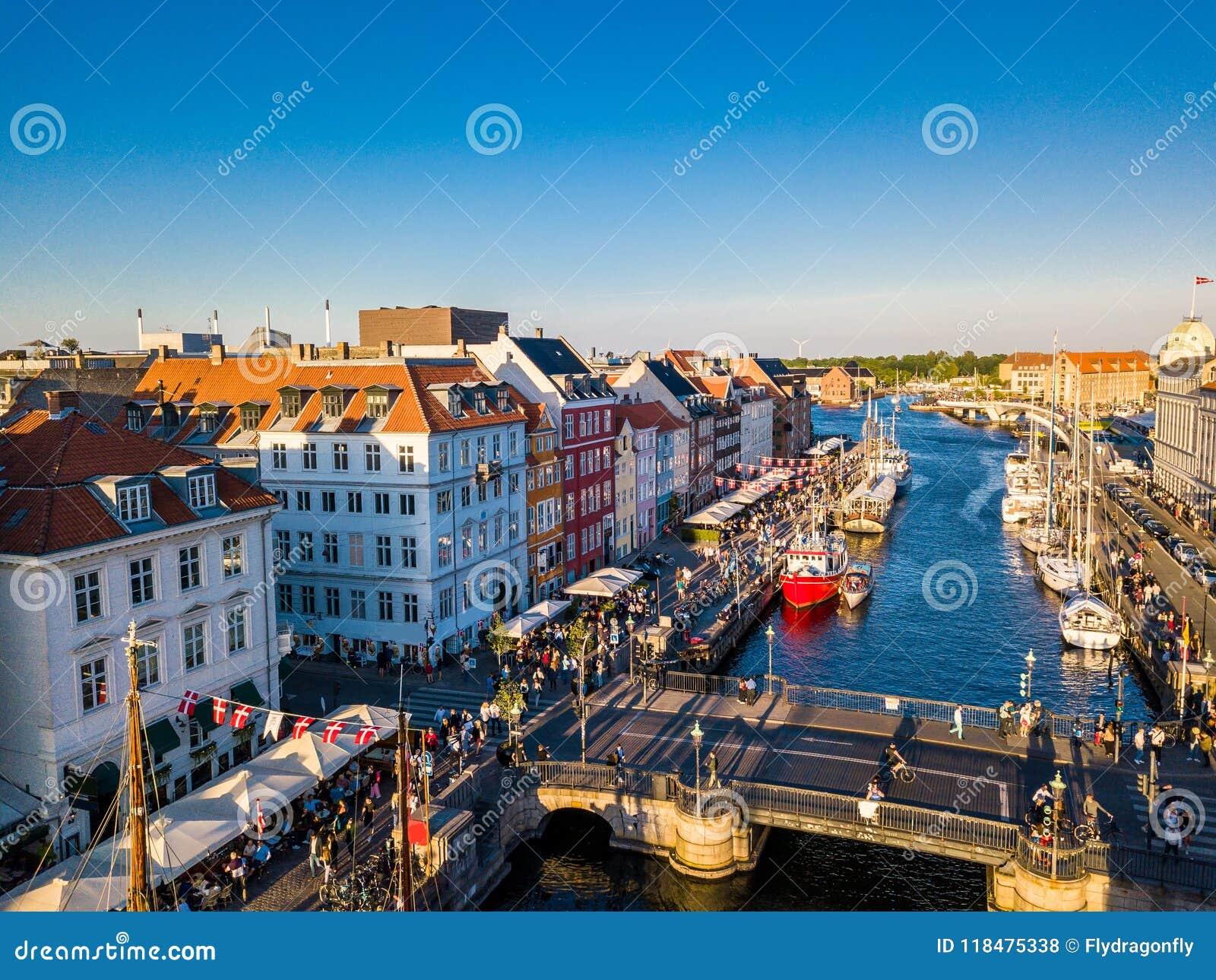 Brücke Hafenkanal- und -unterhaltungsbezirk Nyhavn im neuen in Kopenhagen, Dänemark