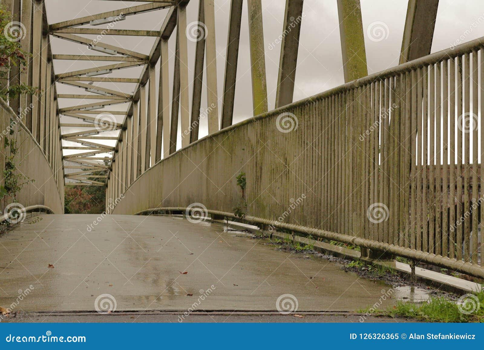 Brücke hergestellt vom Metall