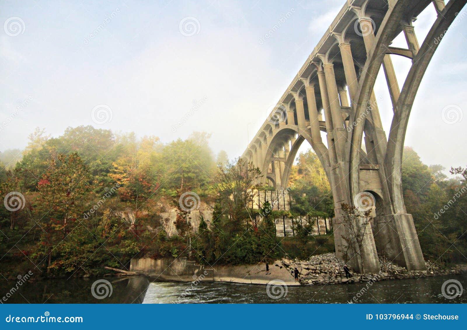 Brücke im Cuyahoga-Tal-Nationalpark an der Dämmerung - Herbst - BRECKSVILLE - OHIO