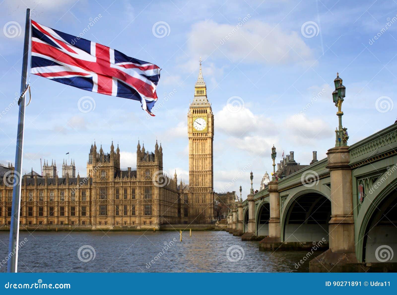 Brücke Londons Big Ben und Westminsters und britische Flagge