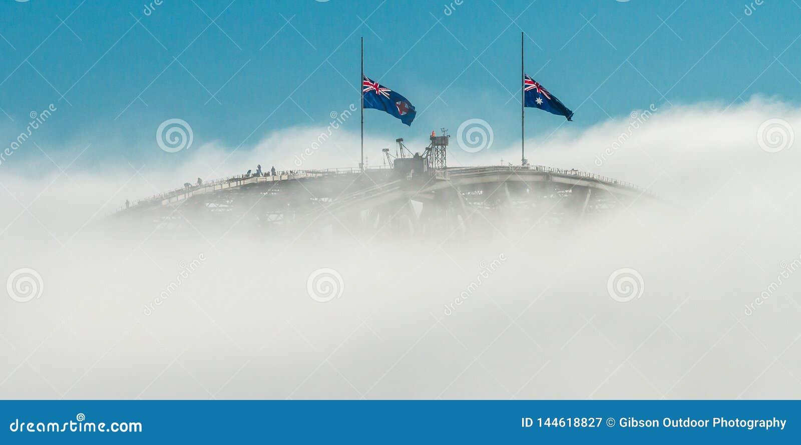 Brücke und Nebel und Flaggen