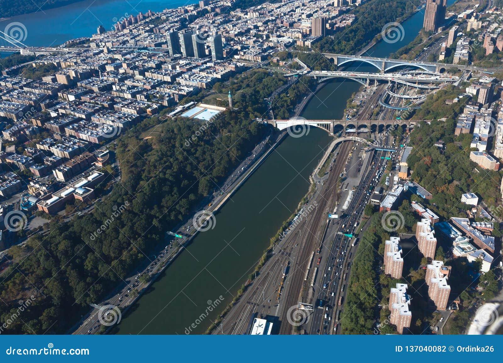 Brücken zwischen Manhattan und dem Bronx in New York NYC in USA Upper Manhattan Harlem River Lufthubschrauberansicht