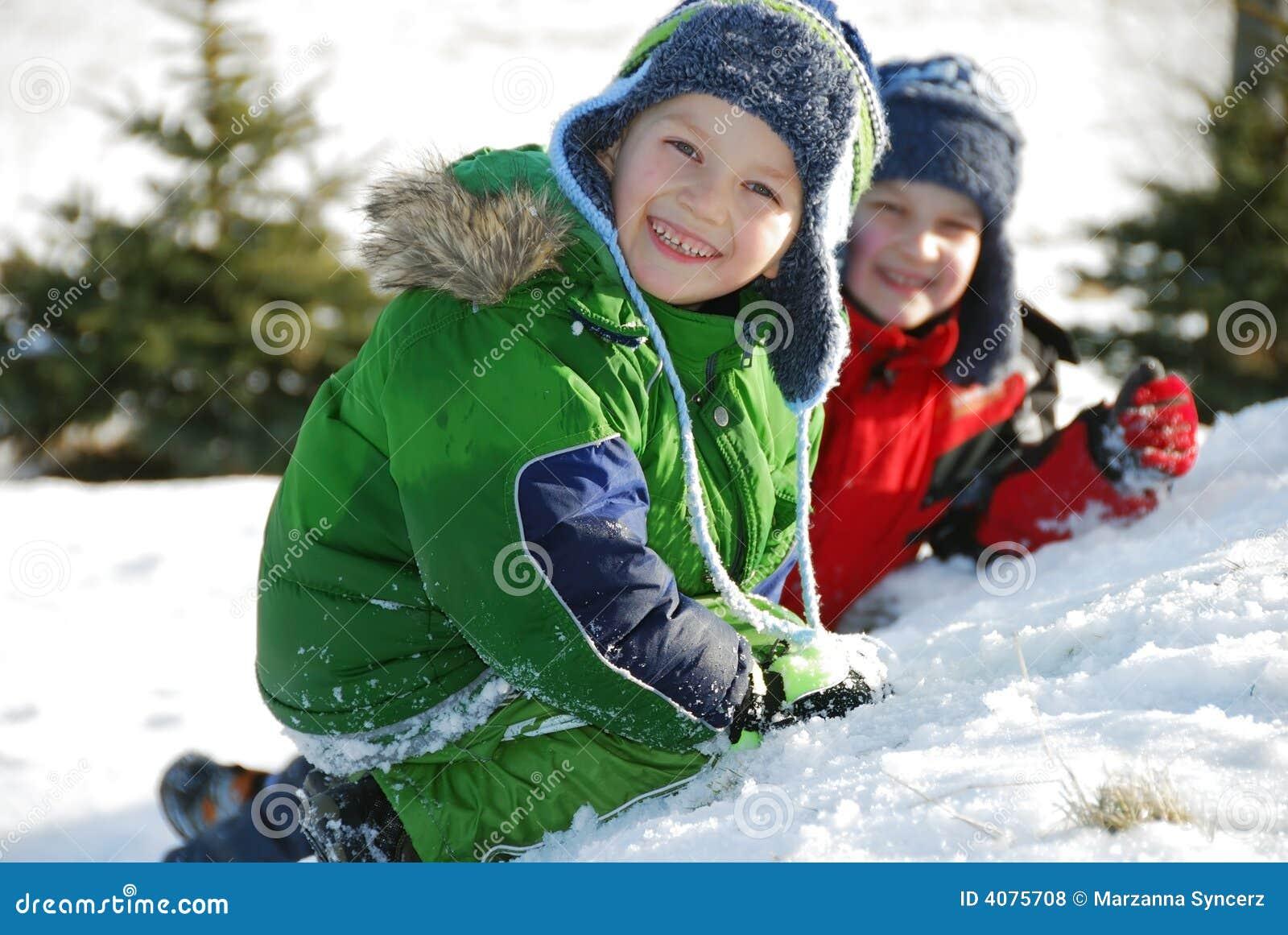 Brüder, die im Schnee spielen