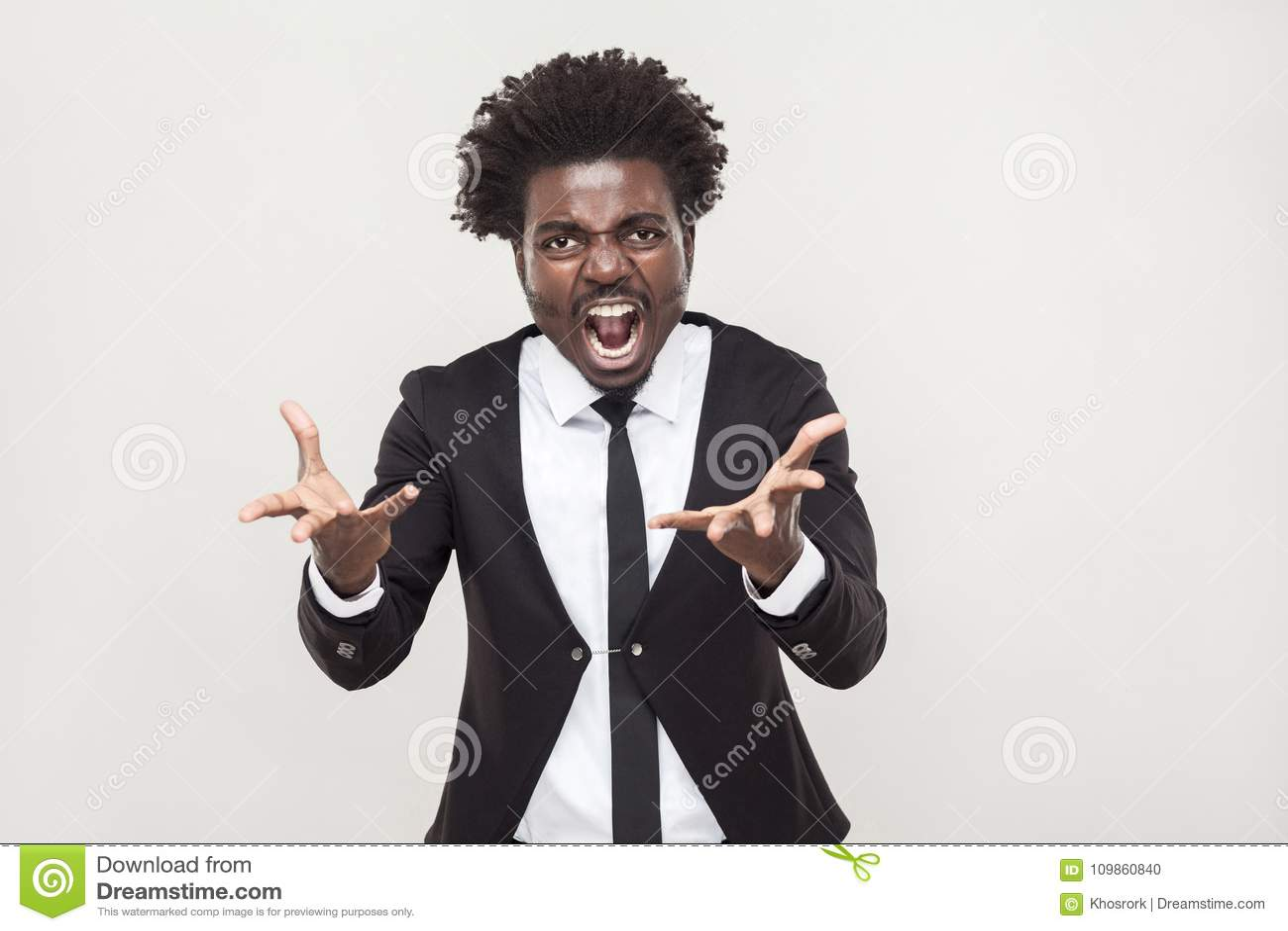 Brüllen! Verärgerter Mann, der an der Kamera schreit Wild und verrückt