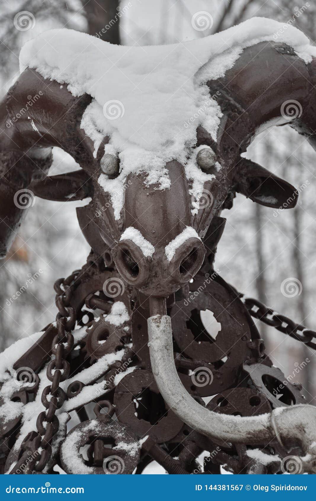 Brązowa capricorn postać w śniegu