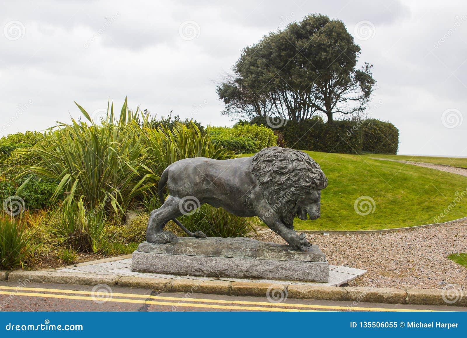 Brązowa lew rzeźba w ziemiach Slieve Donard Hotelt