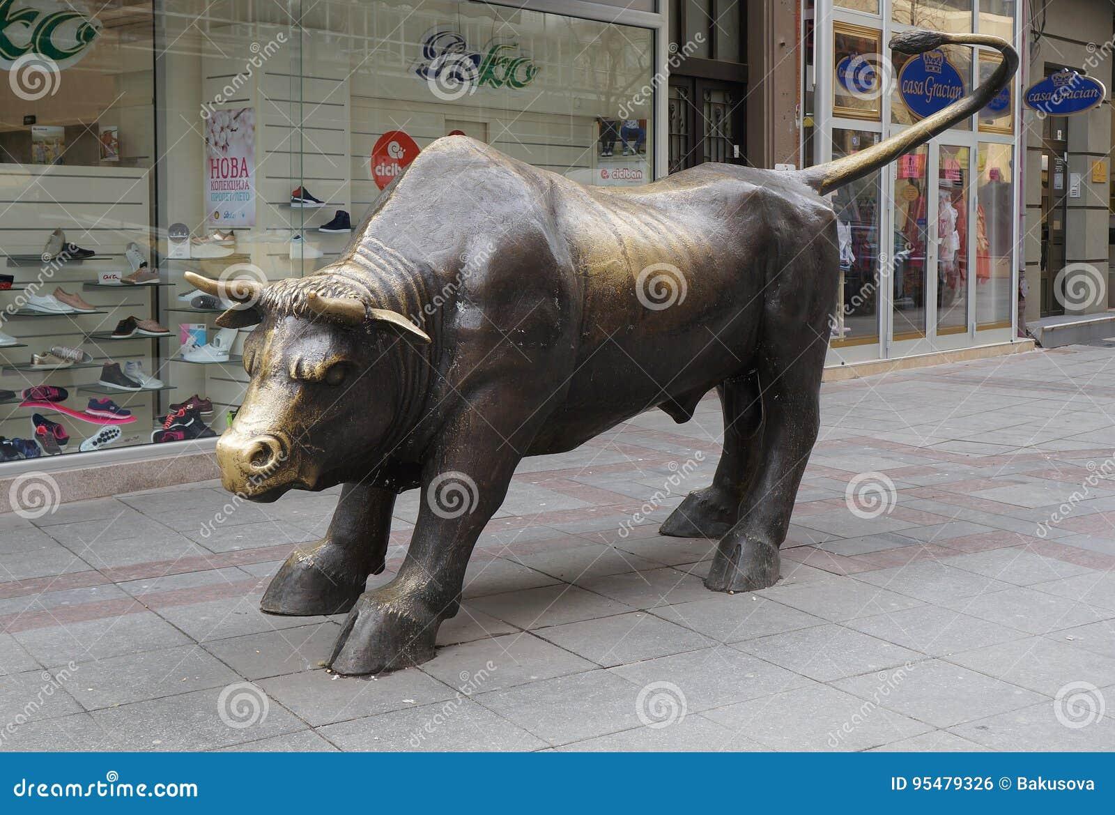 Brązowa rzeźba duży byk w Skopje