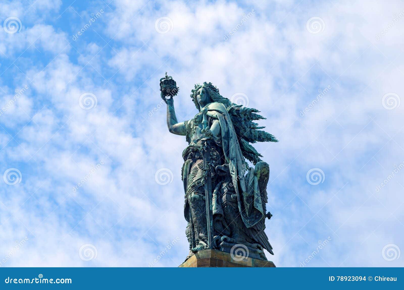 Brązowa rzeźba: Germania postać trzyma koronę cesarz i cesarski kordzik