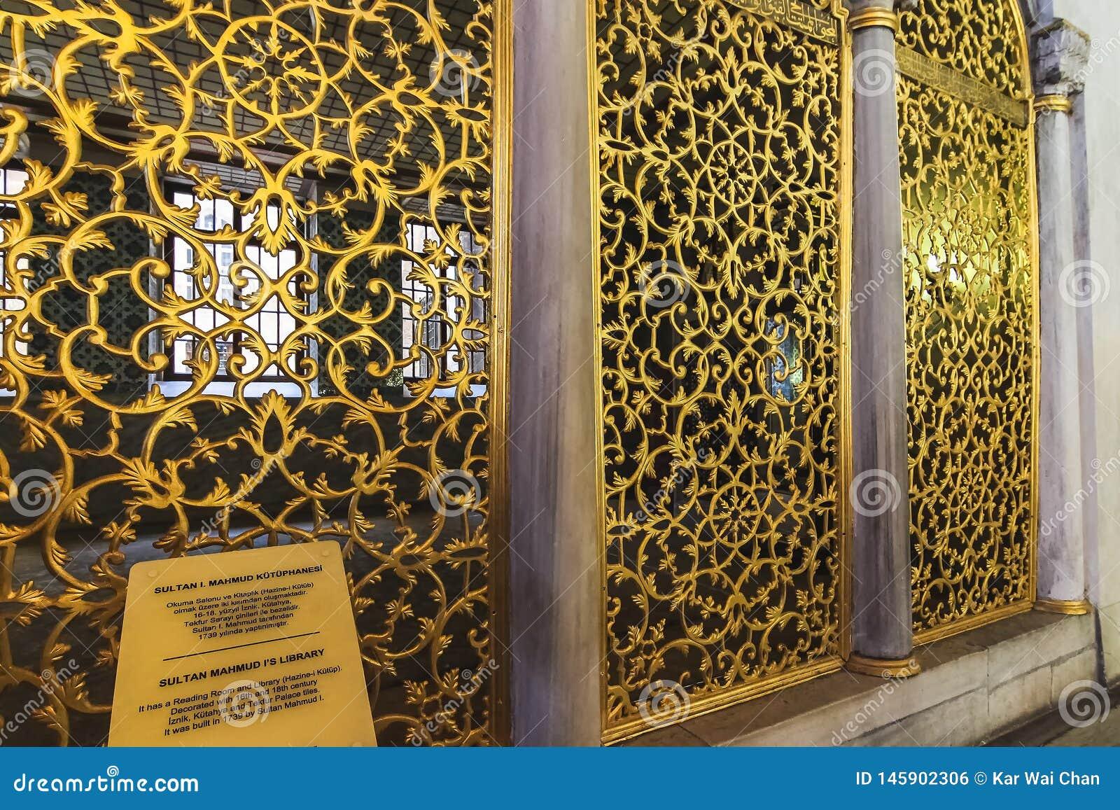 Brązowa siatka sułtan Mahmud I biblioteka w Hagia Sophia, dekorująca z kwiatami i gałąź zwinięciami