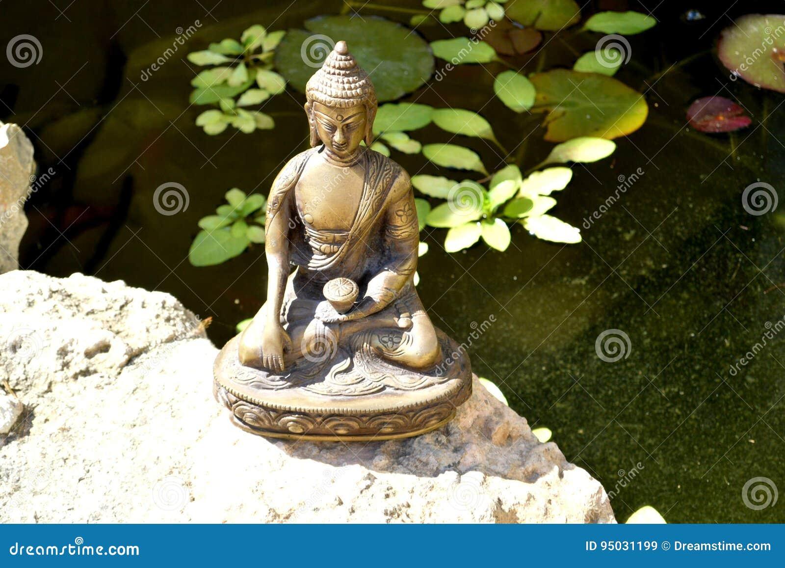 Brązowa statua macanie ziemia Buddha