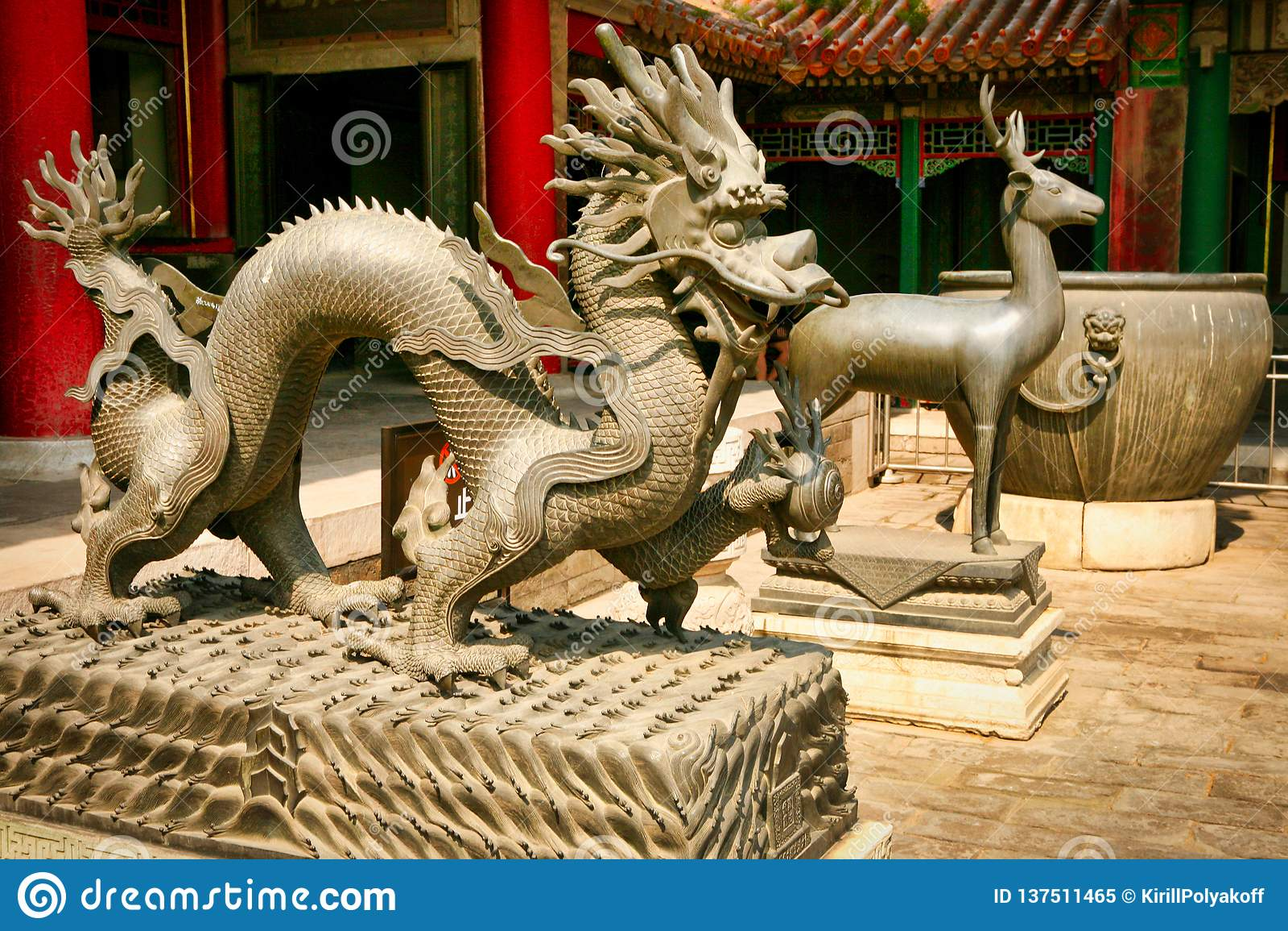 Brązowe statuy smok i rogacze w Niedozwolonym mieście Pekin