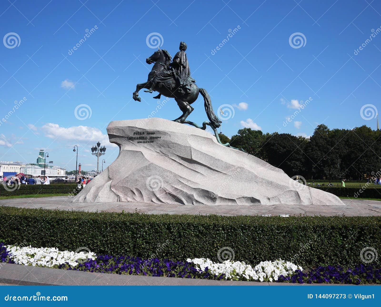 Brązowy jeźdza zabytek W Świątobliwym Petersburg Denny kapitał Rosja Szczegóły w górę i