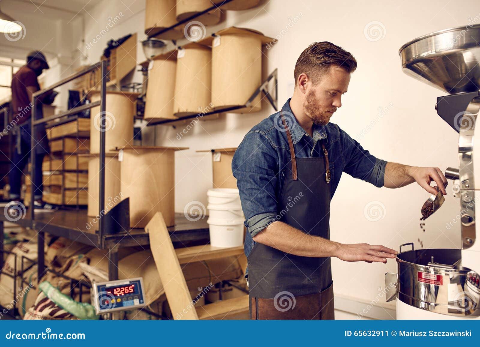 Brûleur de café professionnel actionnant une machine de torréfaction dans le dist