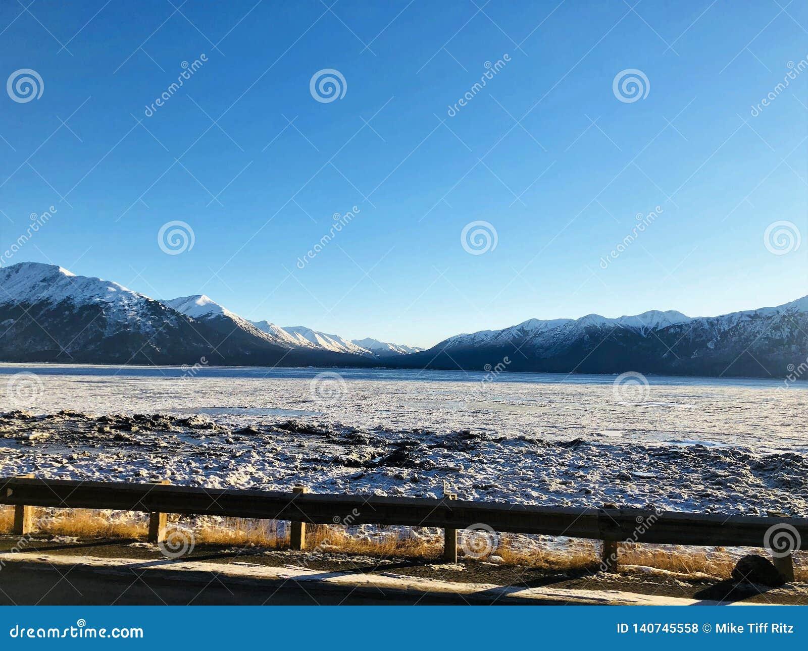 Braço congelado da volta de Alaska outra vez