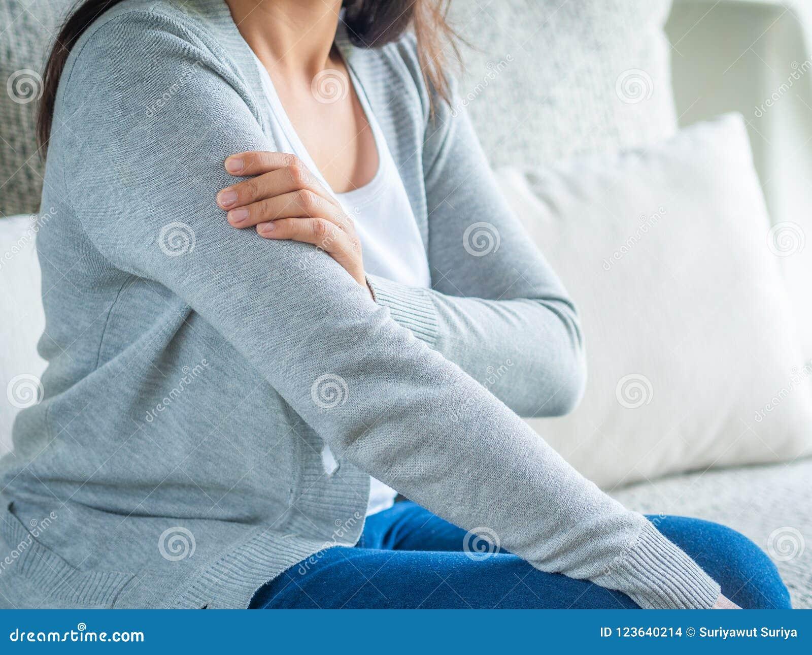 Braço fêmea do ` s do close up Dor e ferimento do braço Cuidados médicos e médico