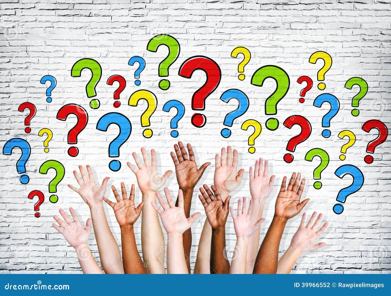 Braços Multi-étnicos estendido para fazer perguntas
