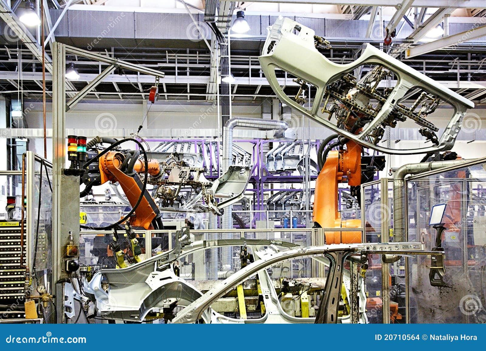 Braços robóticos em uma fábrica do carro