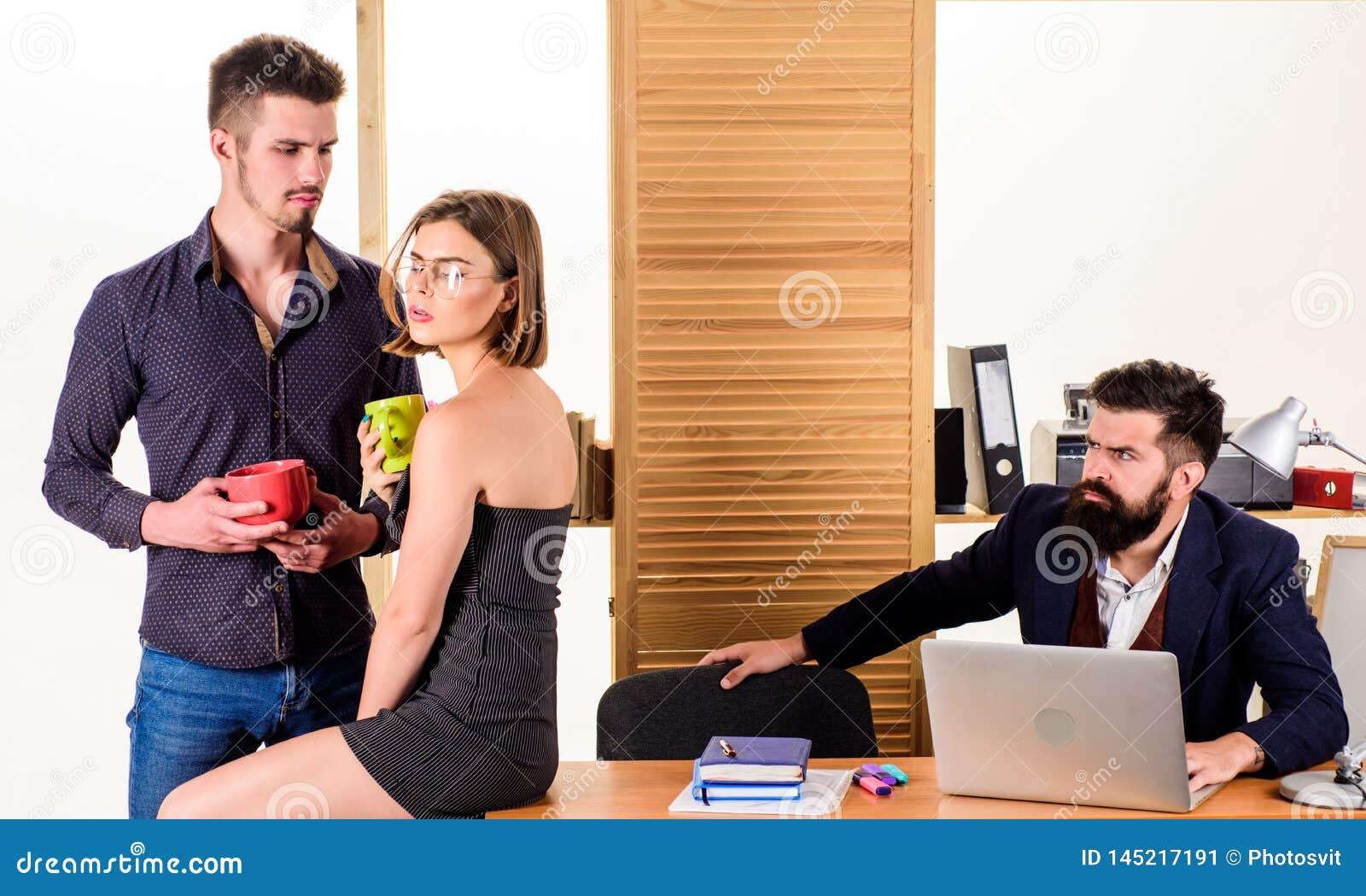 Brać przerwę na lunch Partnery biznesowi cieszy się rozmowę w przerwie na lunch podczas gdy kolega pracuje w tle Dwa