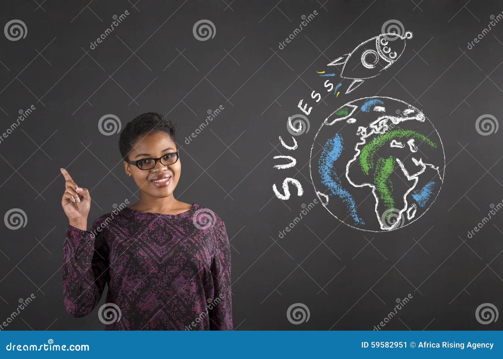 Bra idé för afrikansk kvinna om världsframgång på svart tavlabakgrund