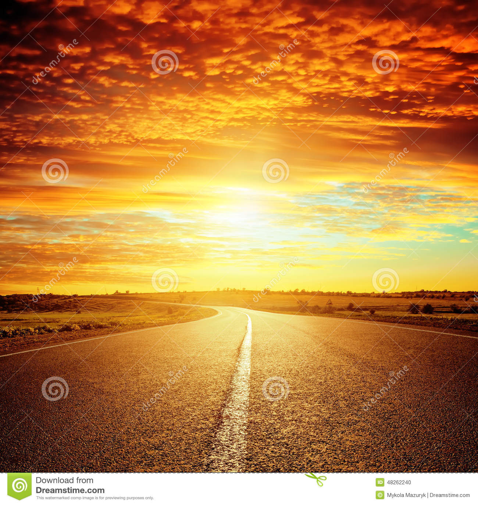 Bra röd solnedgång- och asfaltväg