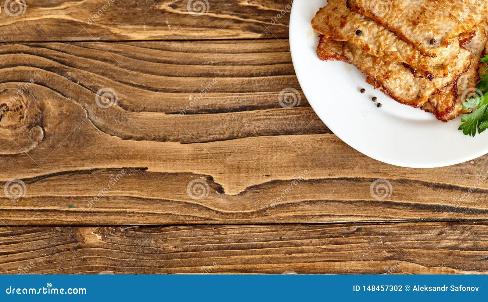 Braadstukvlees in een plaat op een houten lijst Hierboven geschoten van