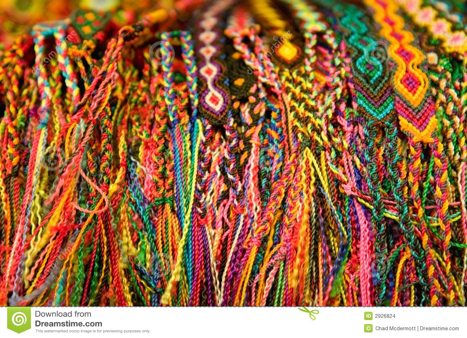 Braccialetti messicani tessuti variopinti da vendere nel mercado.