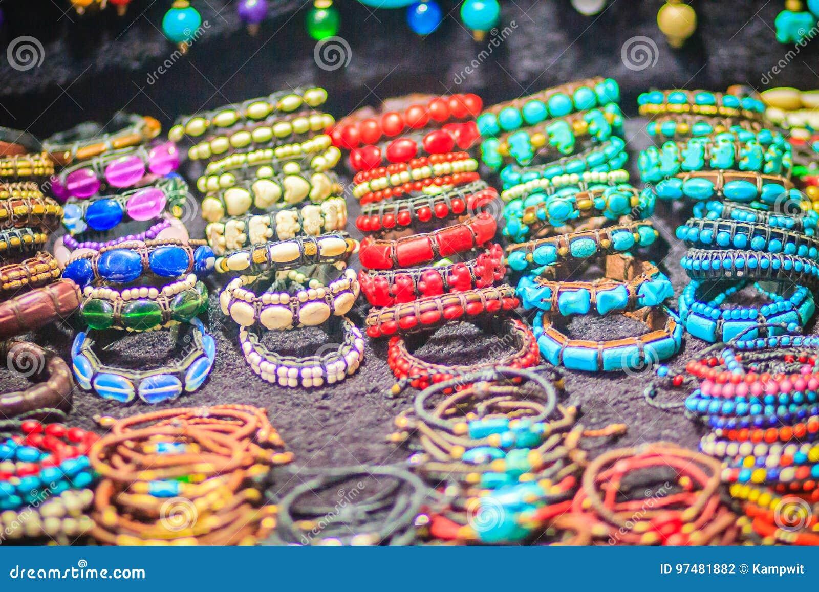 Braccialetti variopinti, perle e ricordo delle collane da vendere sullo streptococco