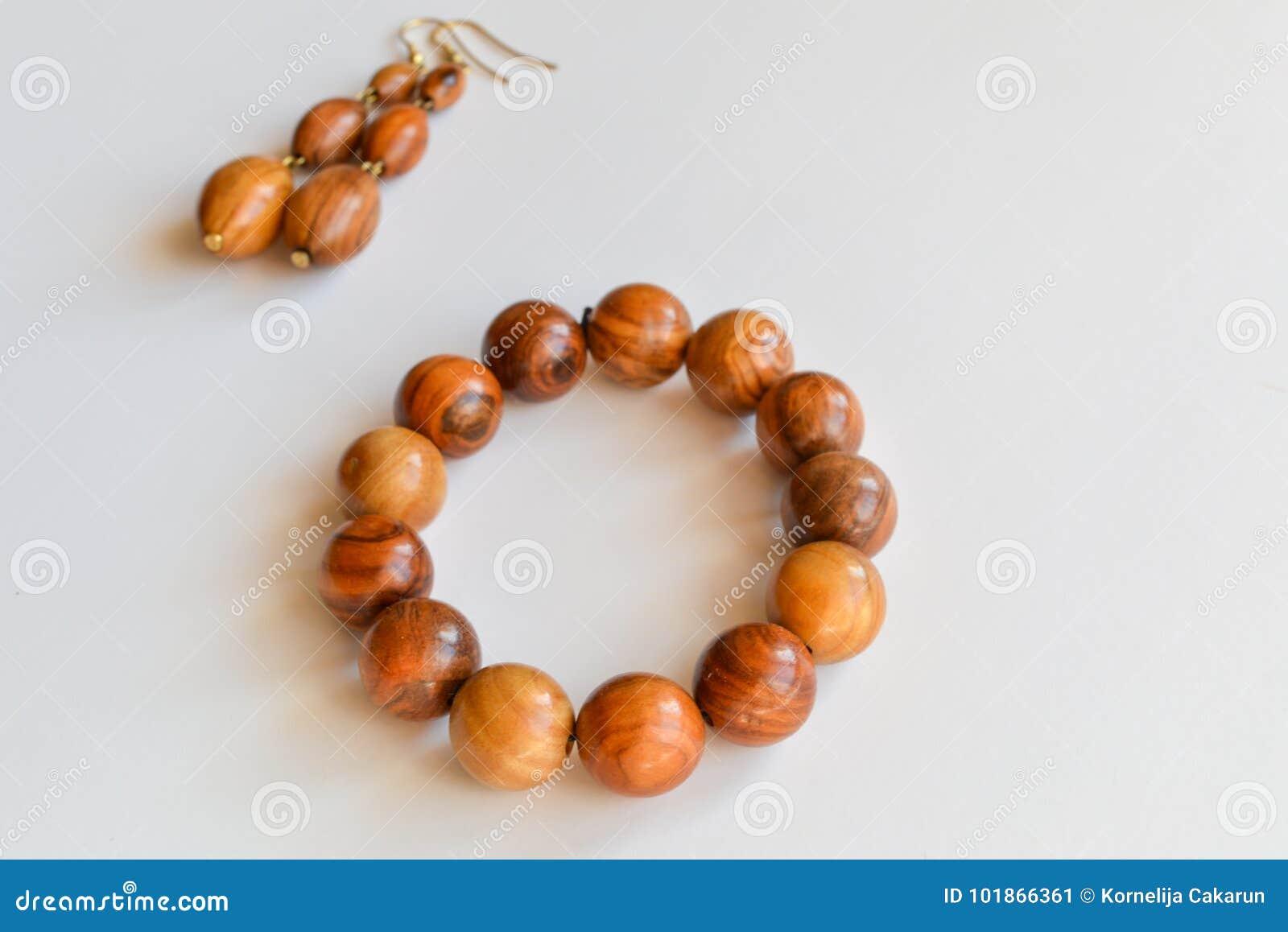 Braccialetto fatto a mano ed orecchini fatti di legno verde oliva