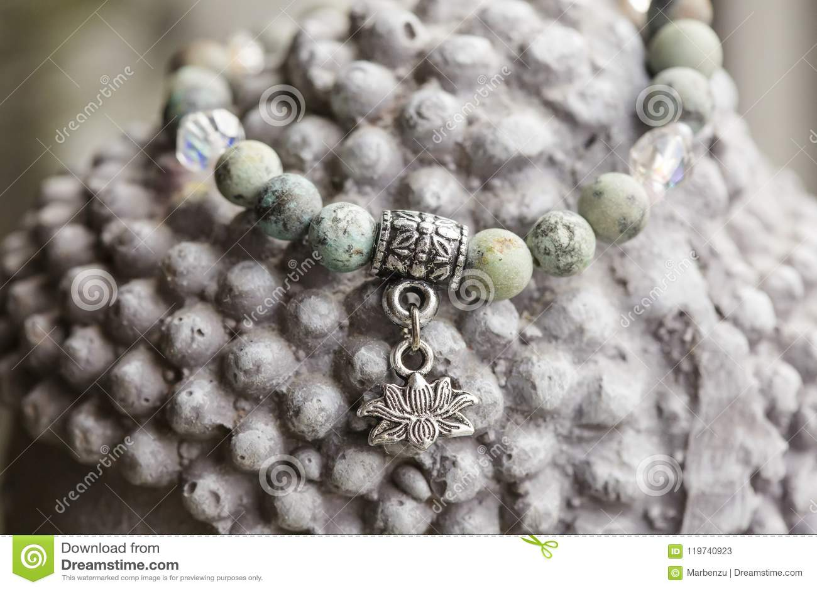 Braccialetto naturale di yoga della pietra del turchese con il pendente del loto