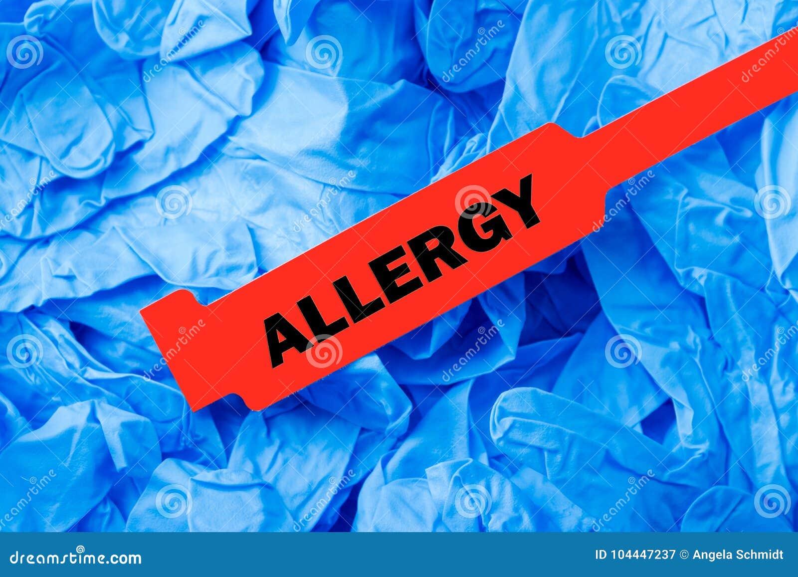 Braccialetto rosso di allergia con i guanti protettivi blu